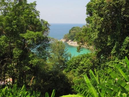вид на Laem Sing Beach из джунглей