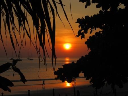 закат на пляже Nai Harn