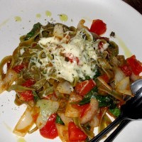 зеленые спагетти с овощами, базиликом и сыром