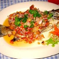 Жареная рыба с чесноком и перцем