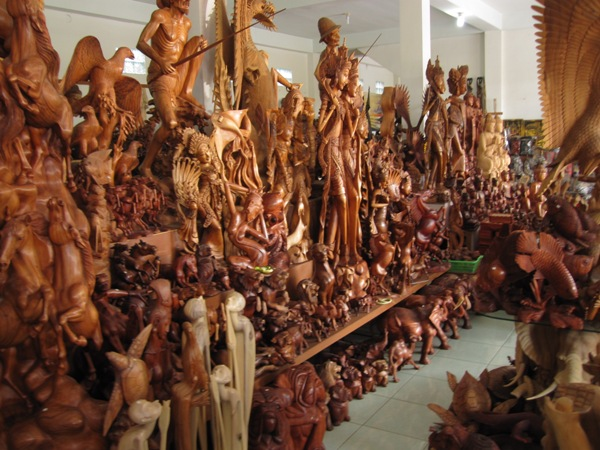 Лавка деревянных сувениров в деревне Mas