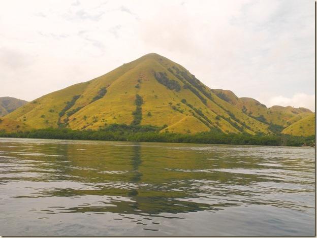 Один из многочиленных островов в районе Комодо
