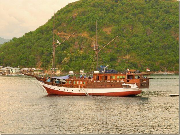 Одна из многих местных яхт