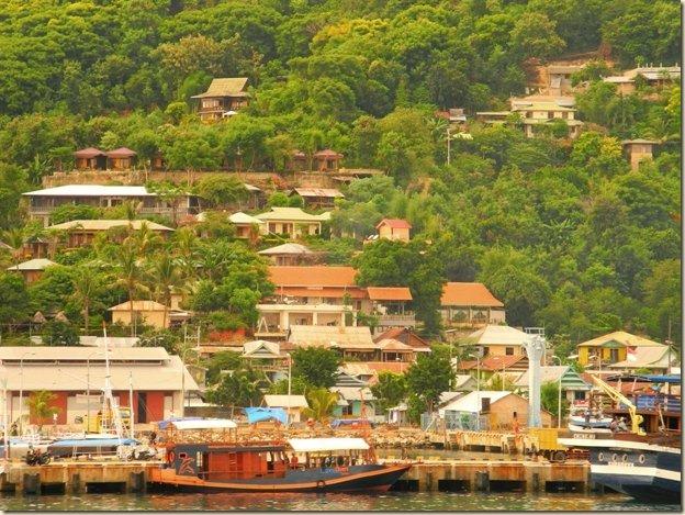 Живописный склон бухты Лабуанбаджо
