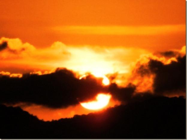 последние секунды и солнце скроется за горами