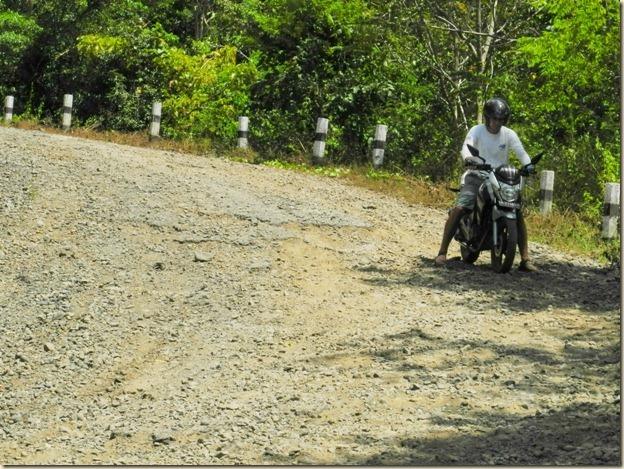 Опасный спуск по зыбучему песчанно-гравийному покрытию