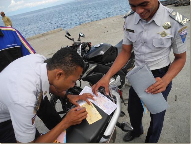Работники Пелни оформляют дополнительный билет на провоз мотоцикла