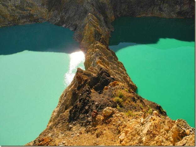 Два озера разного цвета рядом