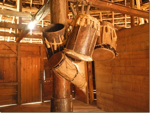 Традиционные ударные инструменты внутри хижины
