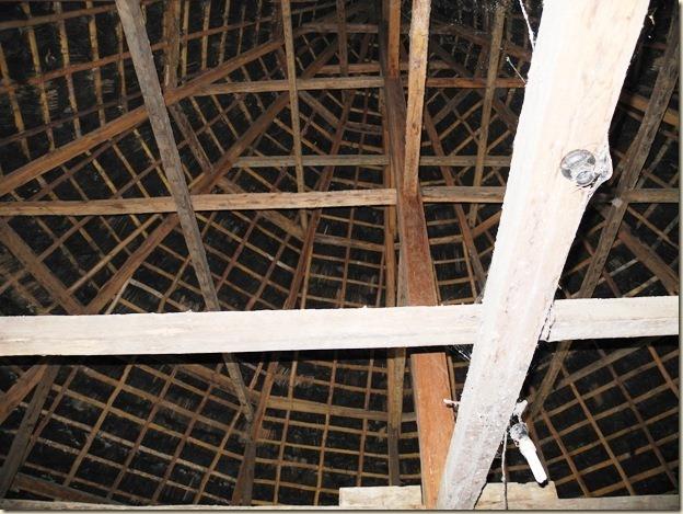 Высоченная крыша - особенность многих построек на Флоресе