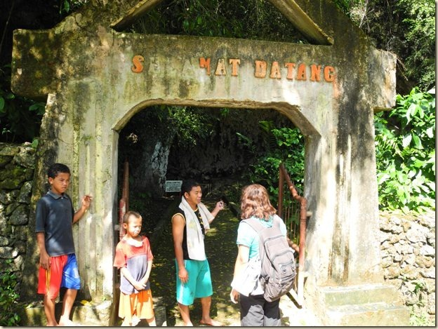 арка у входа в пещеру
