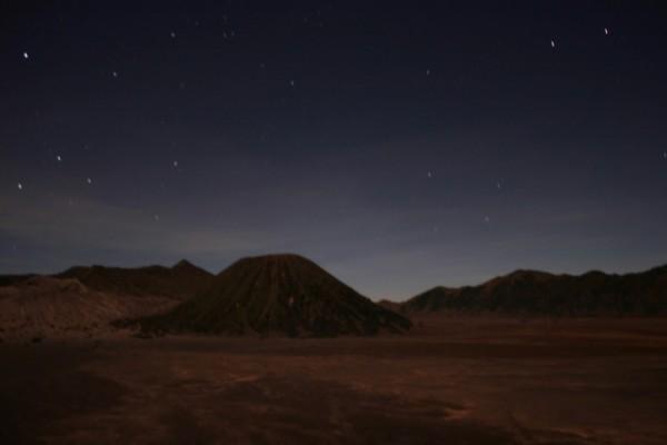 Баток ночью (вид из отеля с края кальдеры)