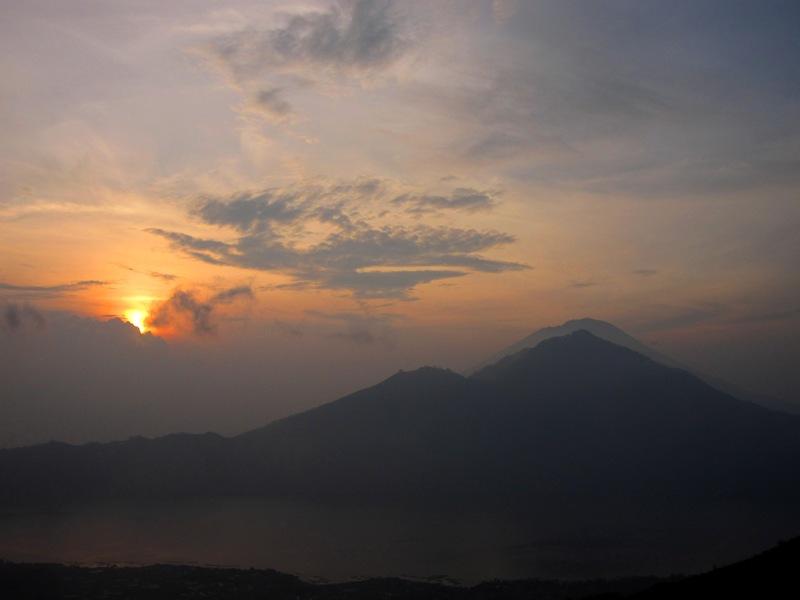 рассвет над вулканом Агунг