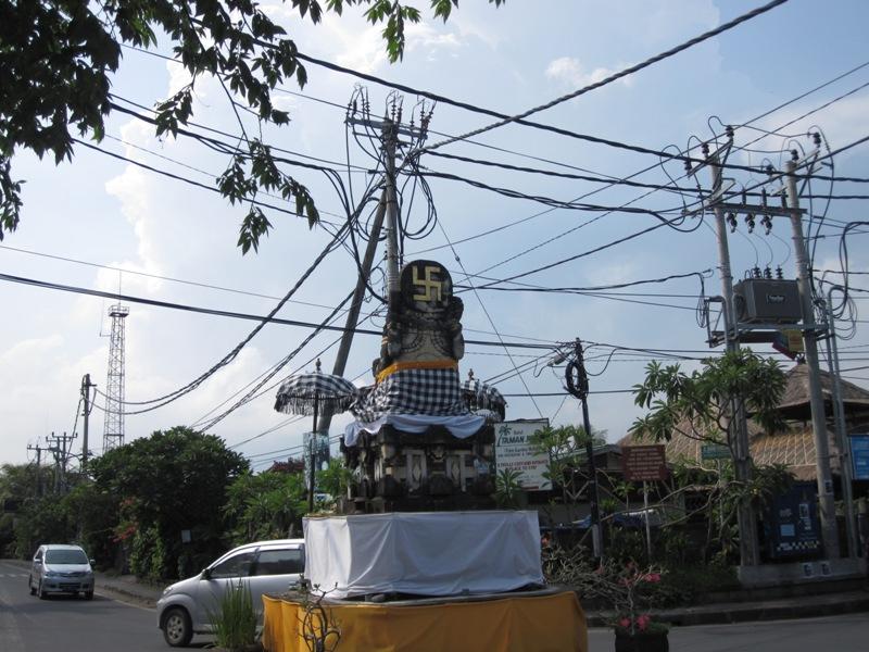обычный перекресток в Сануре