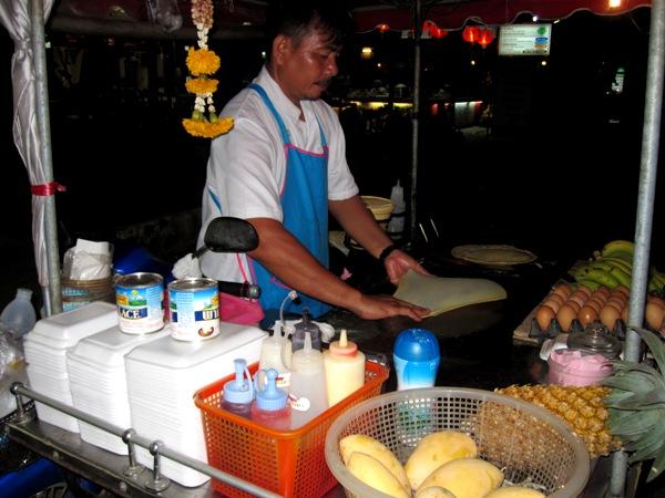 Приготовление тайских блинов на улице