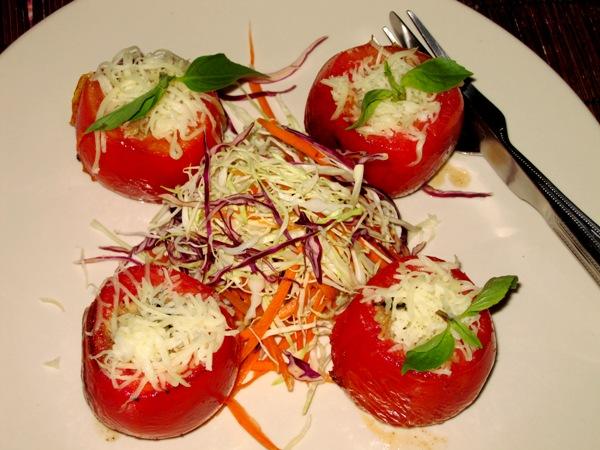 помидоры, фаршированные орехами и оливковым маслом, запеченные сыром с салатом из разных видов капусты