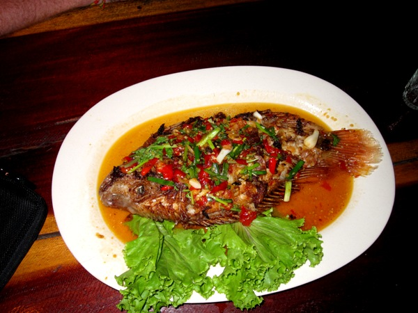 Жареная рыба с паприкой и зеленью в соевом соусе (очень острое блюдо)