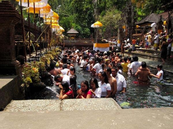 Церемония священного омовения в Tirtha Empul