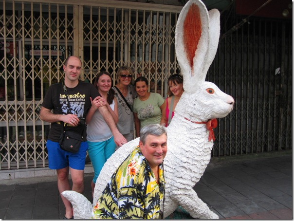 Гигантский белый кролик в Маленькой Индии