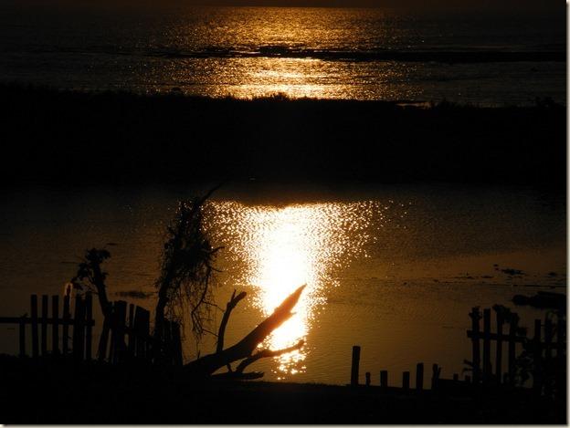 Отражение уходящего солнца в океане
