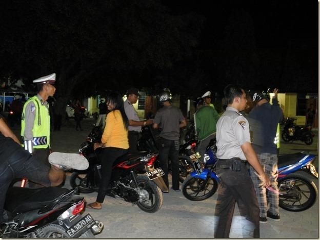 облава полицейских - обычное дело в Индонезии
