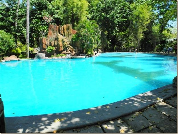 В этом бассейне почему-то купаются местные