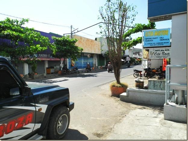 Обычная улица в Сумбаве Безар