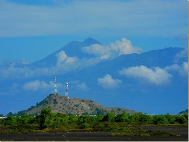 Вид на вулкан Ринджани с острова Сумбава на фоне порта Пото Тано
