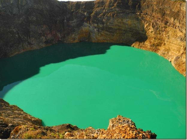 Темно-бирюзовое озеро