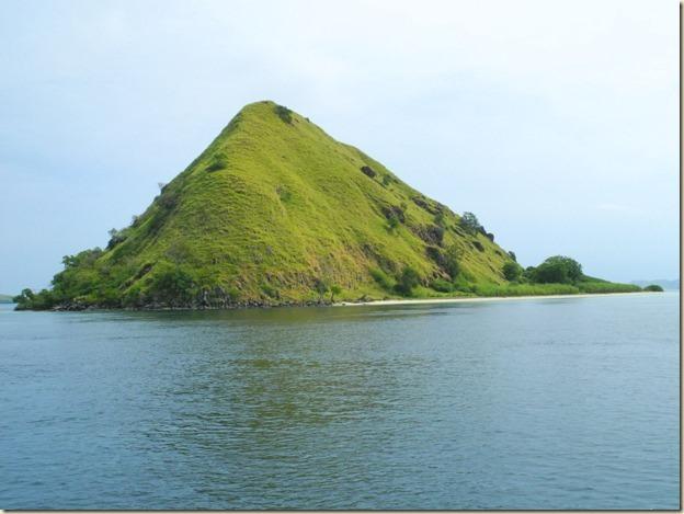 Наверное этот мелкий остров и имеет название, но я не знаю