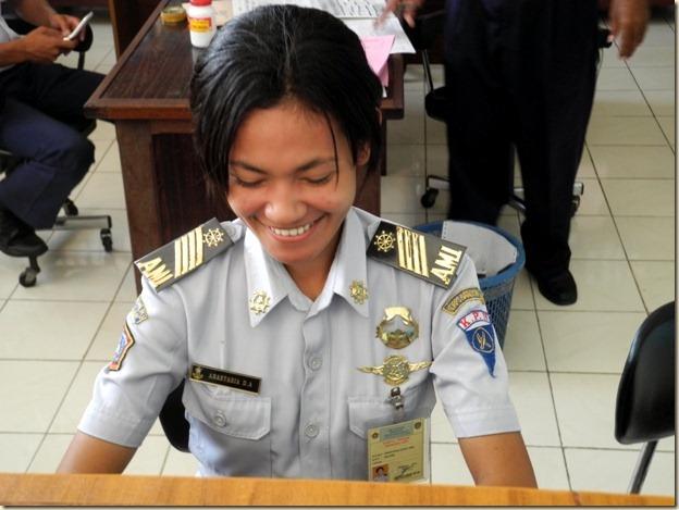 Девушка продавец билетов в офисе Пелни