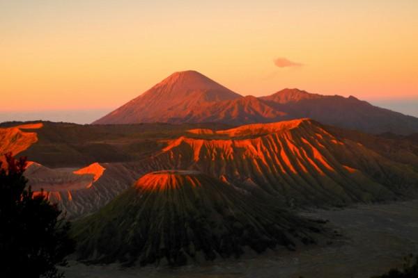 Первые лучи солнца на горах