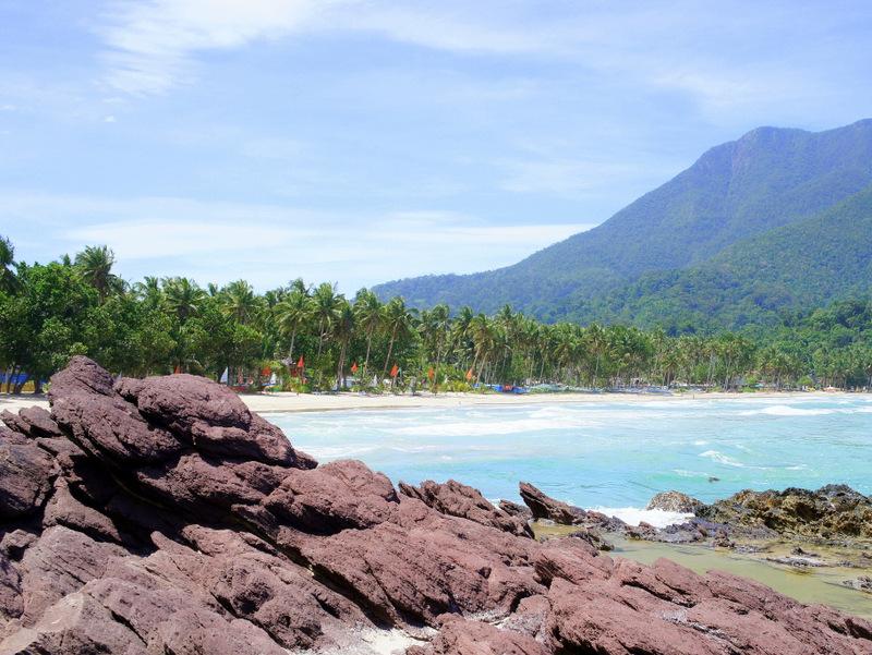 Главный пляж Сабанга из-за камней